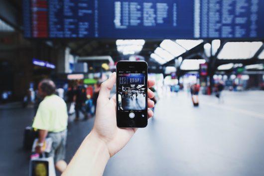 Smartphone dans une gare